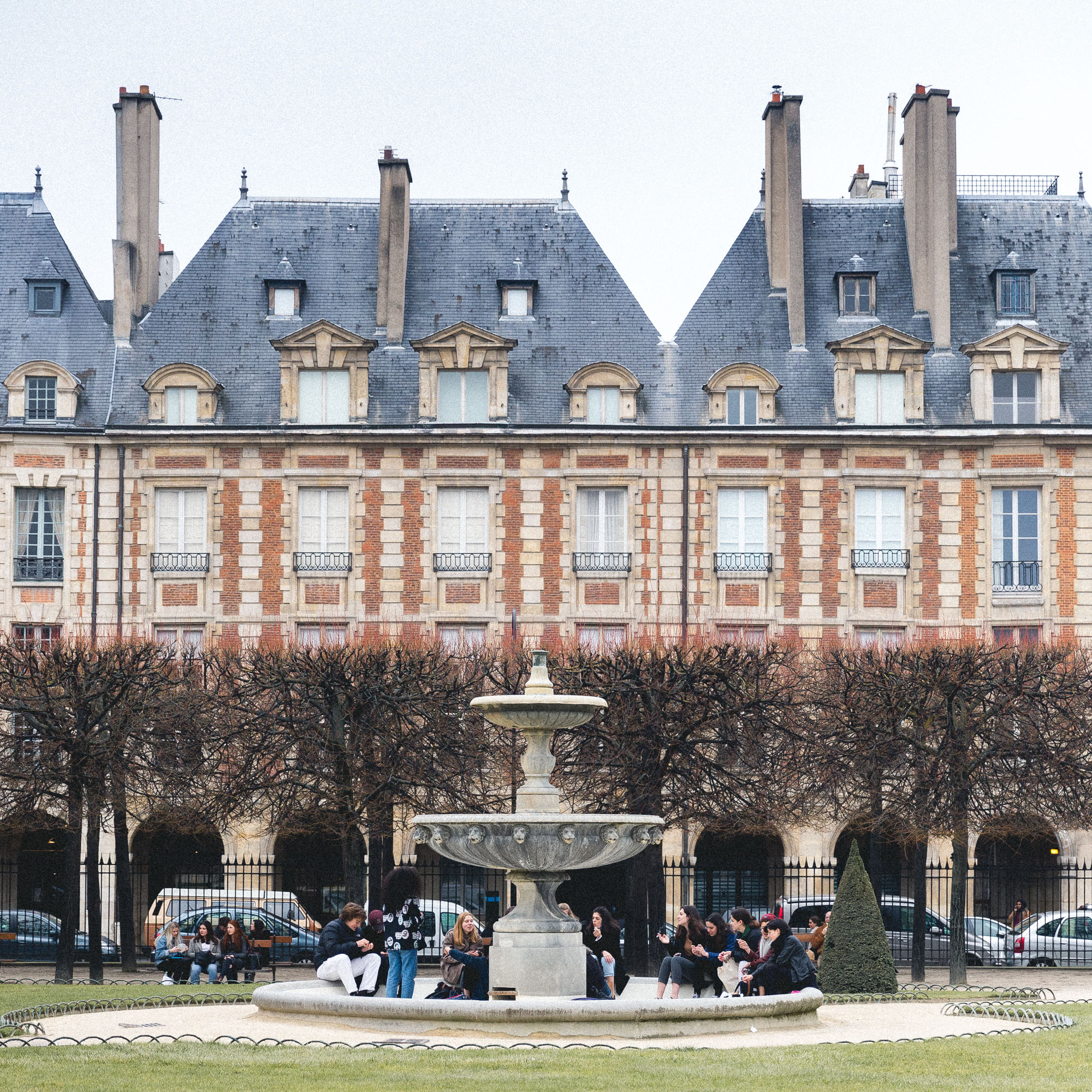 Local spots and parks in Paris - Place des Vosges in Summer - Complete Paris Travel Guide
