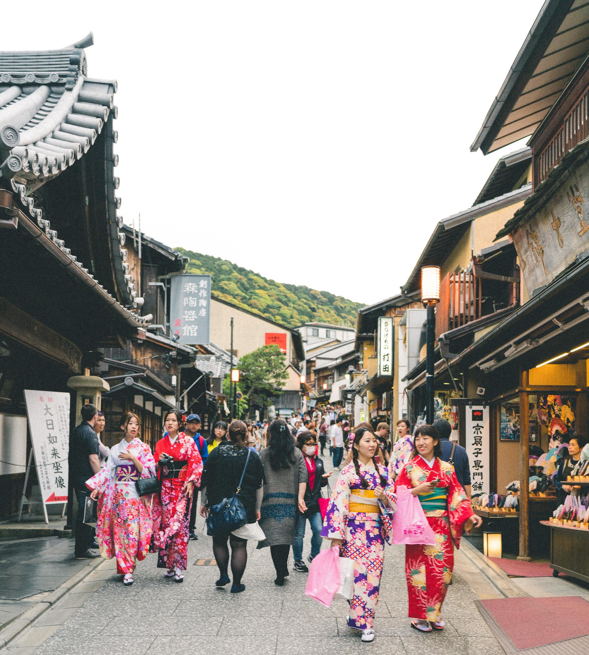 Matsubara Dori walking street below Kiyomizu-dera Temple in Kyoto, Japan | 24 Hour Guide to Kyoto, Japan | 1 Day Guide Kyoto | Kyoto City Guide | Kyoto Travel Itinerary