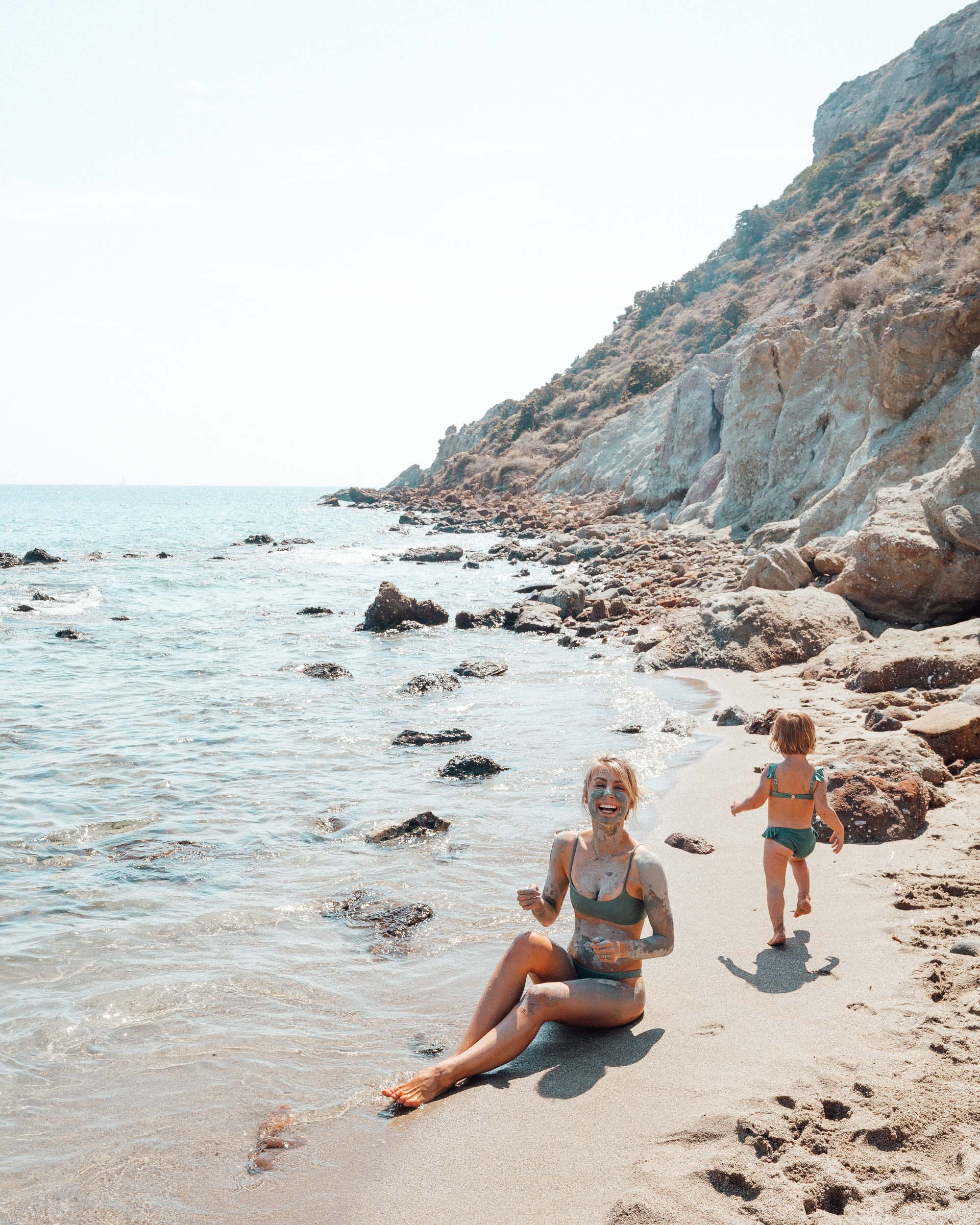 Clay mud beach in Paros via @finduslost