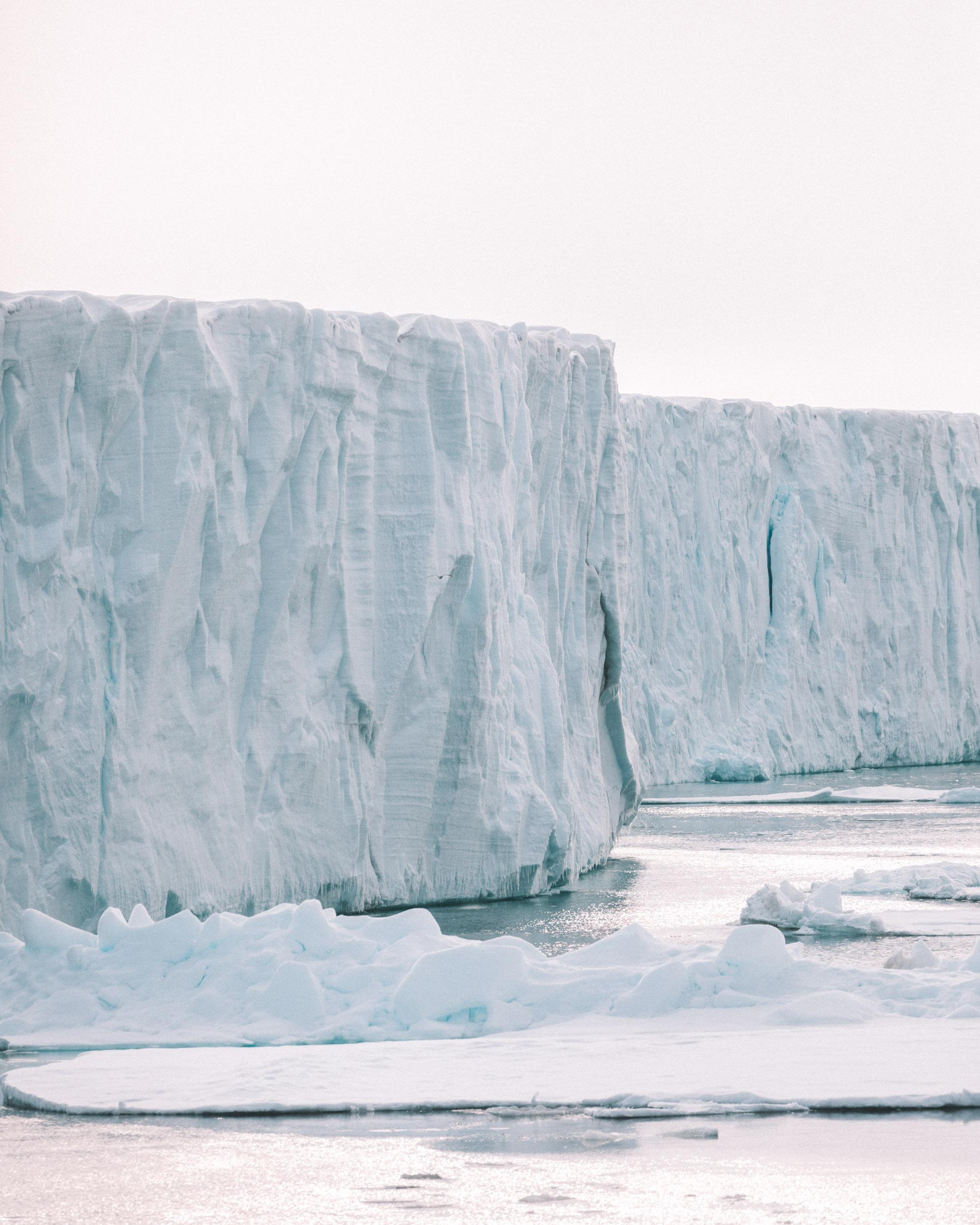 Bråsvellbreen glacier wall in Svalbard Spitsbergen via @finduslost
